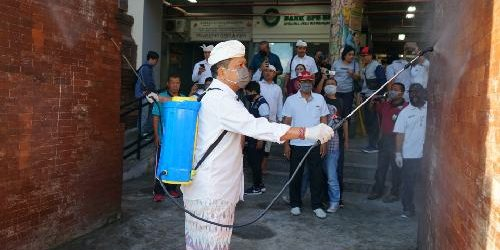 Cegah Penularan Covid19, Walikota Rai Mantra Lakukan Desinfektan di Pasar Badung