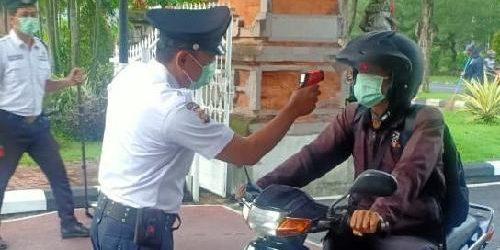 Sebelum Masuk Gedung PLN UID Bali, Wajib Lalui Pemeriksaan Suhu Tubuh