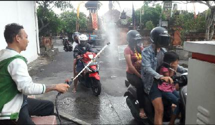 Cegah Penularan Covid-19, Pasar Badung Semprot Desinfektan di Pintu Masuk