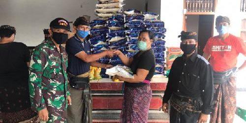 93 Warga Banjar Adat Padangsumbu Klod Terima Paket Sembako