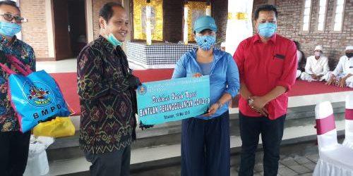 BMPD Bali dan 7 Bank Gelontorkan 1.100 Paket Sembako dan APD kepada Warga Terdampak Covid-19 di Kabupaten Tabanan