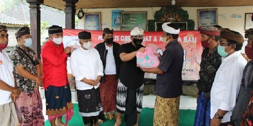 """""""MDA dan Krama Bali Berbagi"""", Salurkan Bantuan Paket Sembako untuk Krama Desa Adat Yangapi"""