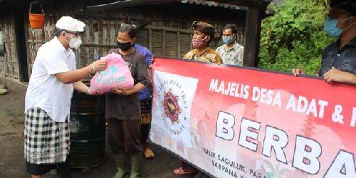 """Totalitas Tanpa Batas, MDA dan Krama Bali Salurkan """"Punia"""" untuk 5 Desa Adat di Lereng Gunung Agung"""