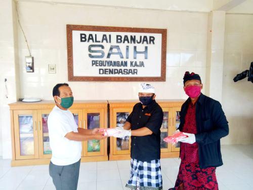 ARW dan 5utama Donasikan Ratusan Masker ke-11 Banjar di Desa Peguyangan Kaja