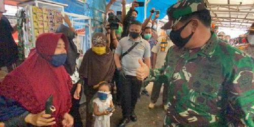 Tinjau Pasar Kodim Senapelan, Panglima TNI Bagikan Masker kepada Pedagang