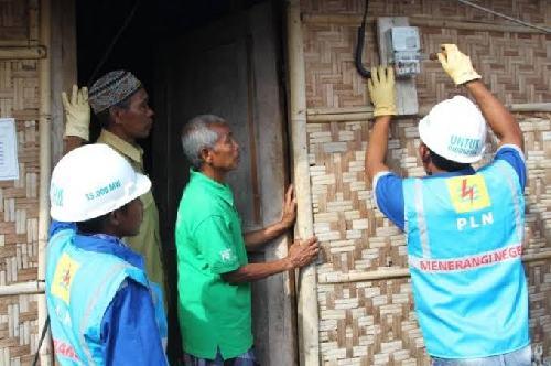 Gunakan Dasar Penghitungan Tagihan Listrik Bulan Juli, Petugas Catat Meter Datangi Rumah Pelanggan