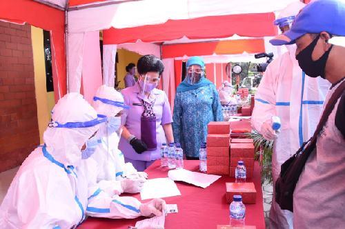 Rapid Test Gratis OASE KIM dan Dharma Pertiwi bagi Warga Cipayung