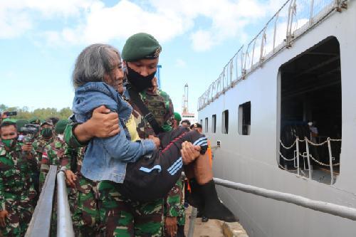 Naik KRI Banda Aceh bersama Satgas Yonif 411, Mbah Ompong Akhirnya Bisa Pulkam ke Jawa