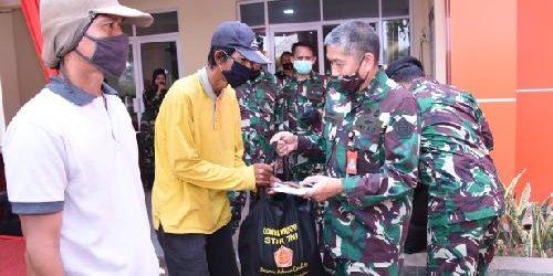 Penggali Makam di TPU Tegal Alur Terima Bantuan Sembako dari TNI