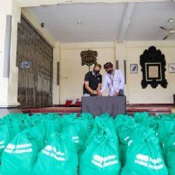 """""""Pegadaian Peduli"""" Berlanjut, Serahkan 100 Paket Sembako dan Tenda Posko di Kelurahan Sesetan"""