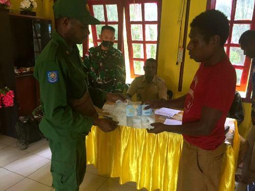 Satgas Yonif 125/SMB Bantu Pemerintah Salurkan BLT kepada Warga Kampung Yanggandur