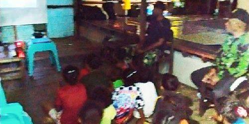 Satgas TMMD Kodim 1709 Ajak Anak-Anak Kampung Natabui Nonton Tayangan Edukatif