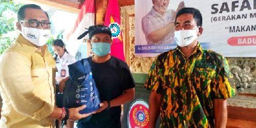 Serahkan 1.000 Paket Ikan Bergizi, Gus Adhi Ajak Generasi Muda Gemar Makan Ikan