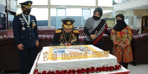 Kejutan Panglima TNI di Hari Bhayangkara ke-74, Bawa Kue Ulang Tahun ke Rumdin Kapolri