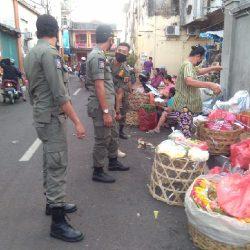 Berkerumun di Pasar, Sangsinya Disemprot Desinfektan