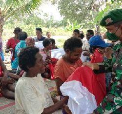 Tanamkan Spirit Cinta NKRI, Satgas Yonif 125/Simbisa Bagikan Bendera Merah Putih kepada Warga di Perbatasan RI-PNG