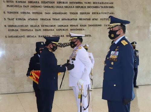 Berjasa untuk Kemajuan TNI, Kasal dan Kasau Terima Tanda Kehormatan Bintang Angkatan Kelas Utama