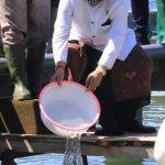 Menteri Edhy Prabowo dan Wagub Cok Ace Tabur 3.000 Benih Udang Vaname di Desa Bugbug Karangasem