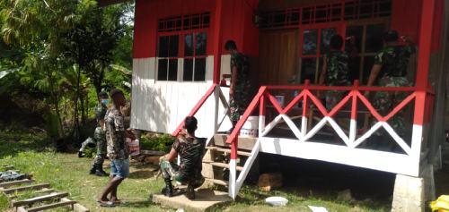 Permintaan Warga, Satgas Pamtas RI-PNG Yonif 413 Kostrad Cat Rumah Warna Merah Putih