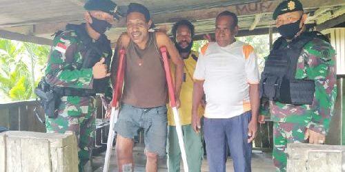 "Satgas Bremoro Hadiahi Tongkat Merah Putih ""Morokrek"" untuk Warga Kampung Yowong"