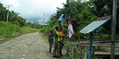 Gelorakan Semangat Kemerdekaan, Satgas Yonif 413 Bremoro Ajak Pemuda Kampung Yett Kibarkan Bendera Merah Putih Serentak