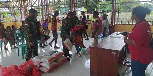 Satgas Pamtas RI-PNG Yonif 125/Simbisa Bantu Penyaluran Bantuan Sembako untuk Warga Kampung Toray