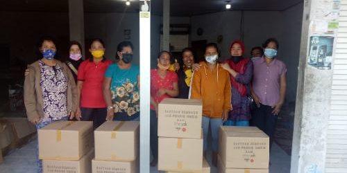 """""""Giving Back"""" The Sak Bersinergi dengan BEDO, Salurkan 200 Paket Sembako bagi Wanita Pengrajut di Jembrana"""