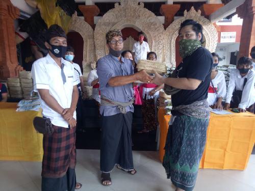 Kebersamaan Kuatkan Soliditas, 200 Krama Adat Banjar Bun Terima Paket Galungan