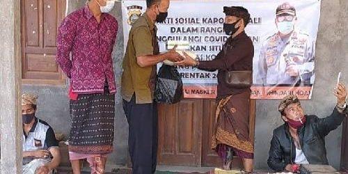 Polda Bali Bantu Beras dan Masker bagi Warga Desa Siakin Bangli