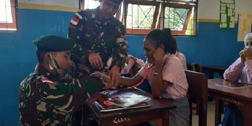Satgas Yonif 413 Bremoro Ajarkan Siswa SMA Jayapura Materi Pendidikan Kesehatan