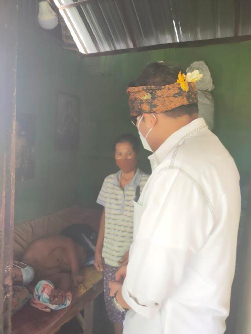 Prihatin Kondisi Warga, Cawali Ngurah Ambara Bantu Keluarga Kurang Mampu di Denbar
