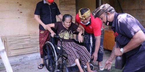 Alit Kelakan Realisasikan Aspirasi Masyarakat, Serahkan Bantuan Pembangunan Penyengker, Kursi Roda dan Bola Voli