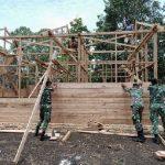 Prajurit TNI Satgas Pamtas Yonif 125/Simbisa Bantu Bangun Rumah Warga di Perbatasan