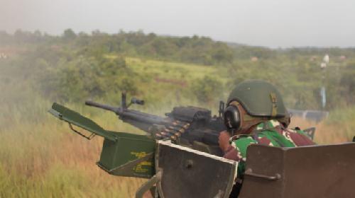 Tembakan Meriam Armed dan Anoa Tonkavser Serang Kedudukan Musuh