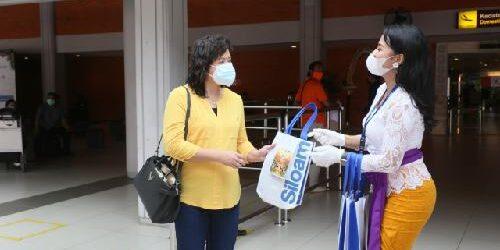 Meriahkan Hari Ibu, Baru Turun di Bandara Ngurah Rai, Penumpang Perempuan Dapat Cenderamata
