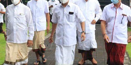 Mohon Keselamatan Jagat dan Kesehatan Krama Bali, Gubernur Koster Sembahyang Hari Saraswati di 8 Pura