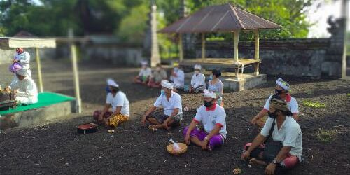 "Doakan Alam Pulih dari Pandemi, Desa Adat Serentak Haturkan ""Daksina Pejati"" di Pura Kahyangan Tiga"