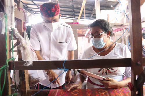 Di Perajin Tenun Ikat Astika, Gubernur Koster Beli Kain Tenun Endek Bali