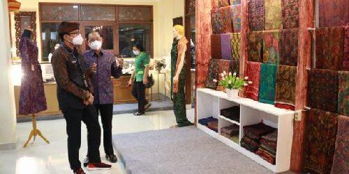 Kunjungi Pameran IKM Bali Bangkit, Menparekraf Sandiaga Uno Sebut Gagasan Brilian
