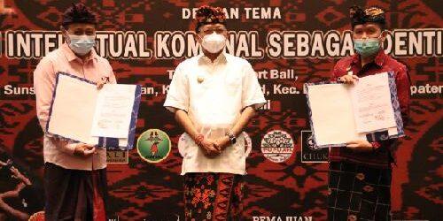 Serahkan 63 Sertifikat Merek Perorangan, Gubernur Koster Harap Tidak Ada lagi Pembajakan Produk Asli Bali