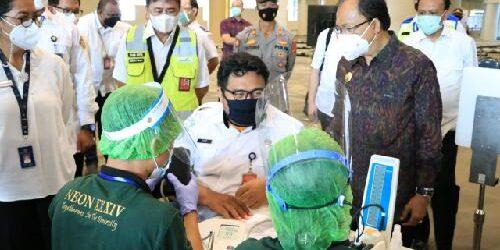 Genjot Pembukaan Gerbang Pariwisata, Gubernur Koster Dampingi Menparekraf Tinjau Vaksinasi Pekerja