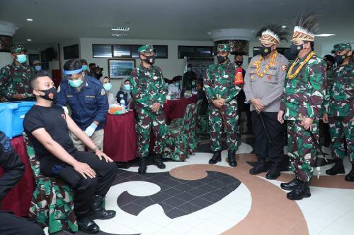 Panglima TNI Tinjau Vaksinasi 1.855 Prajurit TNI di Manokwari