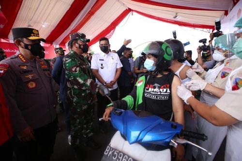 Panglima TNI dan Kapolri Tinjau Vaksinasi Drive Thru di Lanud Soewondo Medan