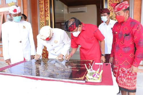 Resmikan Gedung MDA Karangasem, Gubernur Koster Ajak Desa Adat Aktif Jaga Bali