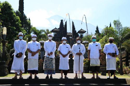 """Memohon Keharmonisan Alam dan Krama Bali, Gubernur Koster """"Ngrastiti Bhakti"""" di 101 Pura Kahyangan Jagat"""