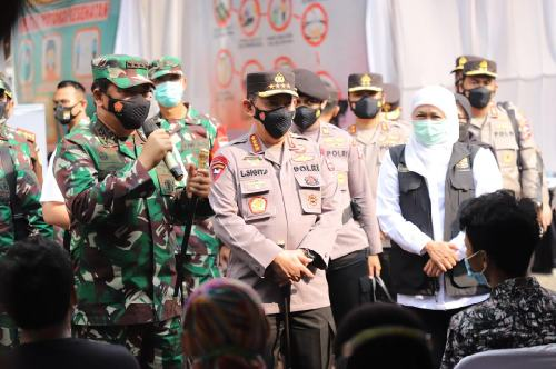 Kapolda Jatim Dampingi Panglima TNI dan Kapolri Tinjau Vaksinasi di Kediri