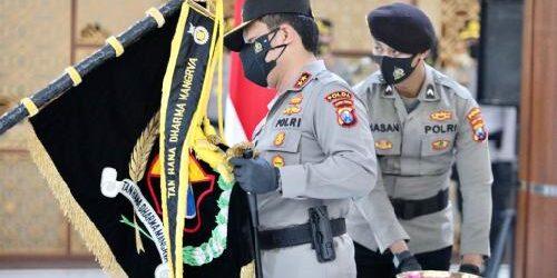 """Tradisi Rutin Sambut Hari Bhayangkara, Polda Jatim Laksanakan Upacara Pemuliaan """"Tribrata Pataka"""""""