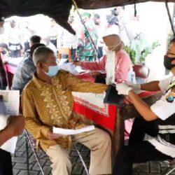 Bentuk Kekebalan Komunal, Polres Jombang Gelar Vaksinasi Massal Bagi Masyarakat di Kecamatan Perak