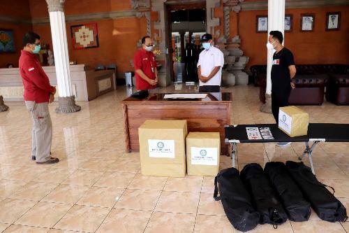PMI Buleleng Terima Bantuan APD dari BPD Bali