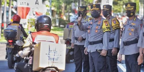 "Potong 50 Ekor Kambing dan Sapi, Polda Jatim Distribusikan Daging Qurban ""Door to Door"""